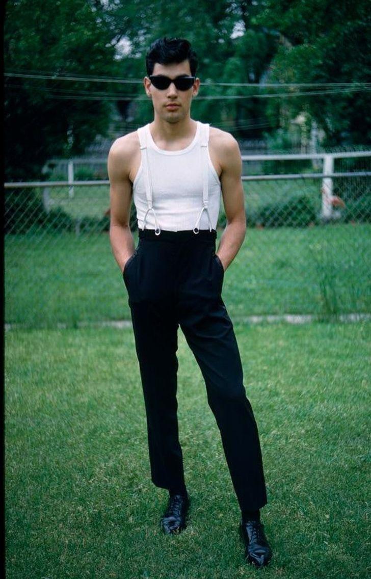 Hombre en un jardín; 20 Personas que no necesitaron de Photoshop en su juventud para verse glamurosas