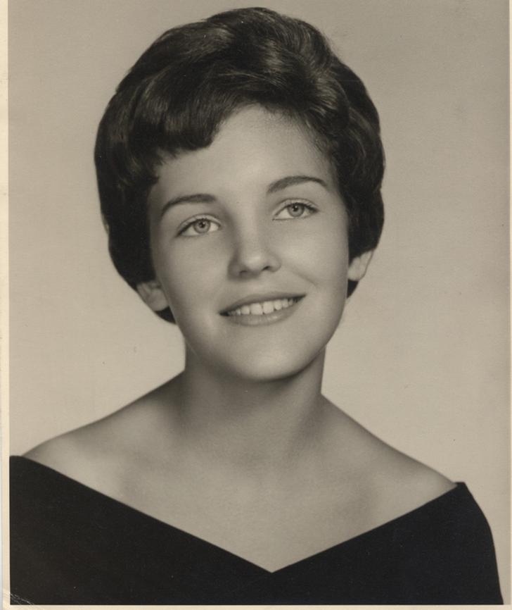 mujer sonriendo ;20 Personas que no necesitaron de Photoshop en su juventud para verse glamurosas