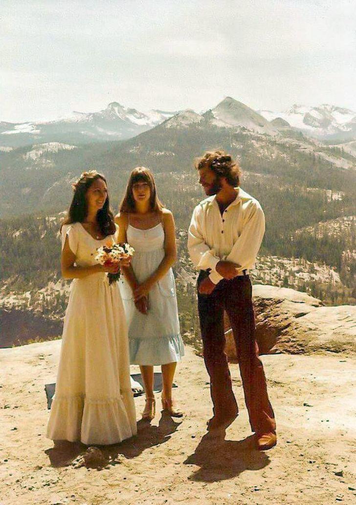 pareja de novios en las montañas; 20 Personas que no necesitaron de Photoshop en su juventud para verse glamurosas