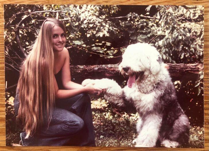 mujer jugando con su perro; 20 Personas que no necesitaron de Photoshop en su juventud para verse glamurosas