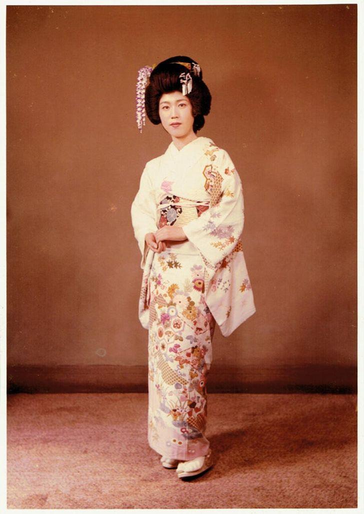 mujer con kimono 20 Personas que no necesitaron de Photoshop en su juventud para verse glamurosas