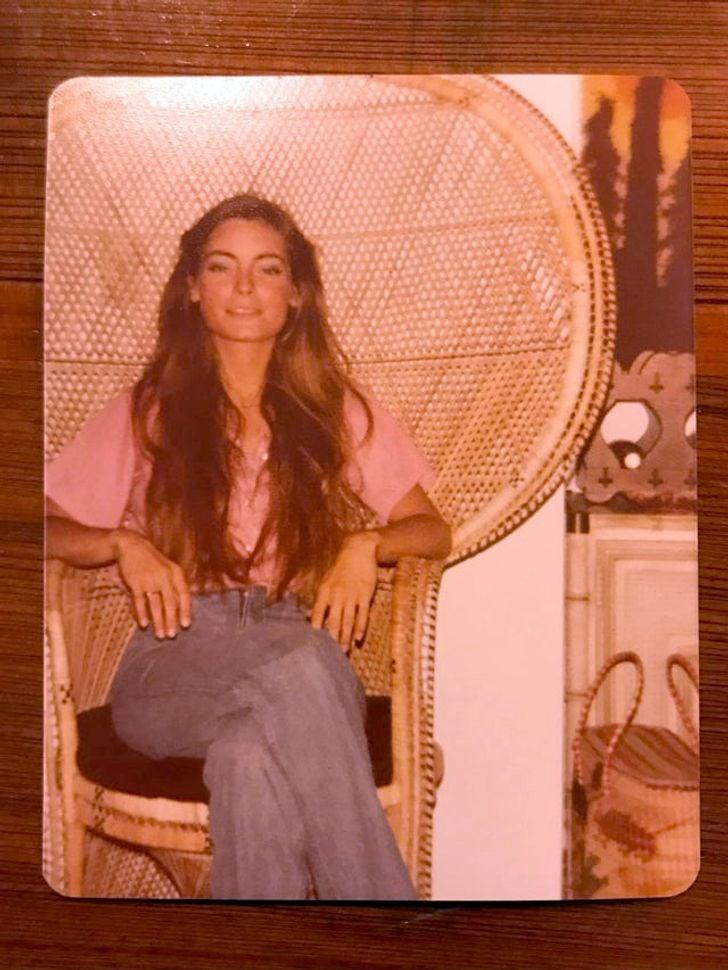 chica sentada en una silla ;20 Personas que no necesitaron de Photoshop en su juventud para verse glamurosas