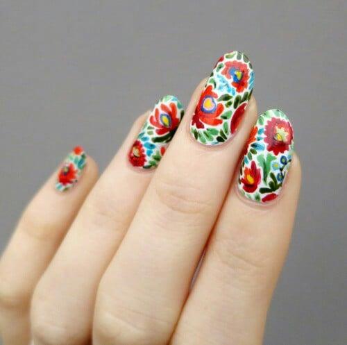 Uñas con flores de colores vivos ;20 Ideas para darle a tus uñas un estilo mexicano y lleno de color