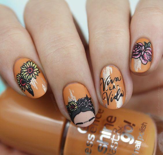 Manicura en color naranja con Frida Khalo ;20 Ideas para darle a tus uñas un estilo mexicano y lleno de color