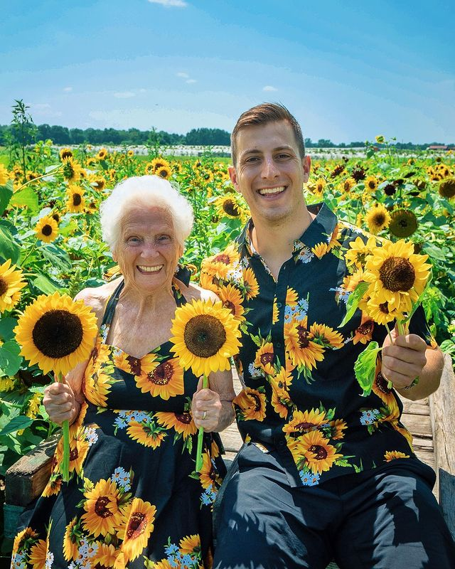 Ross Smith y Pauline Kana en campo de girasoles ;Abuela y nieto toman las mejores selfies