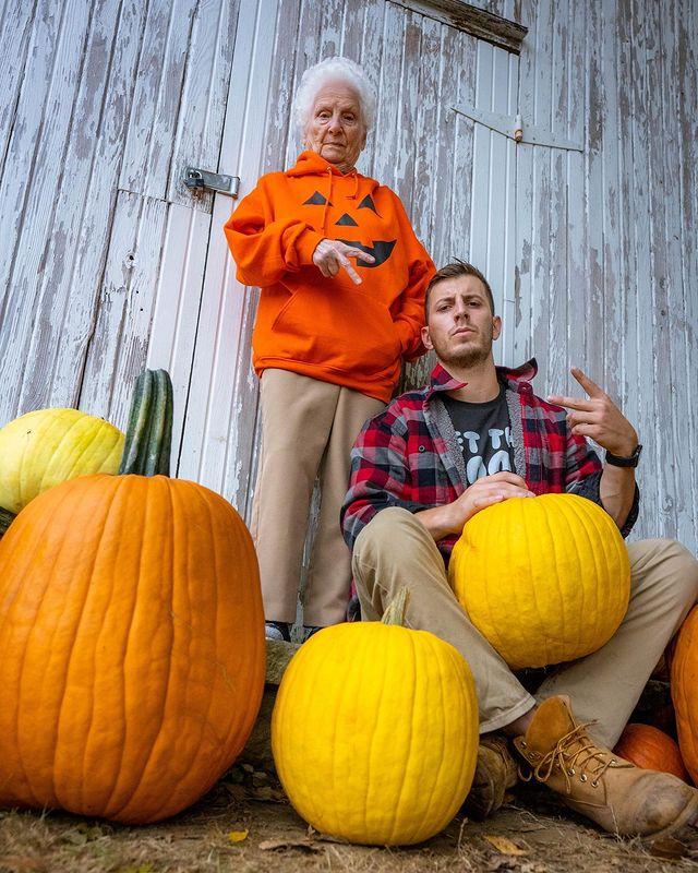 Ross Smith y Pauline Kana con calabazas ;Abuela y nieto toman las mejores selfies