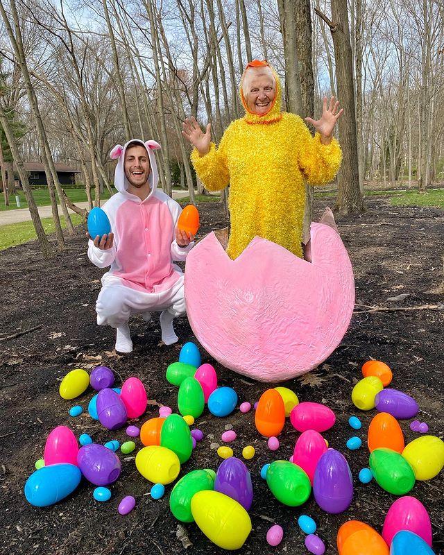 Ross Smith y Pauline Kana con huevos de pascua ;Abuela y nieto toman las mejores selfies