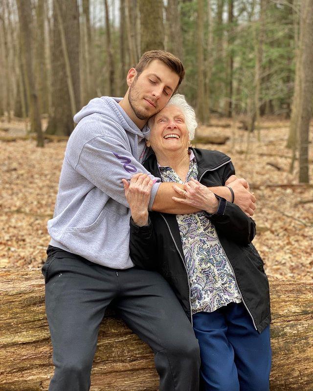 Ross Smith y Pauline Kana abrazados;Abuela y nieto toman las mejores selfies
