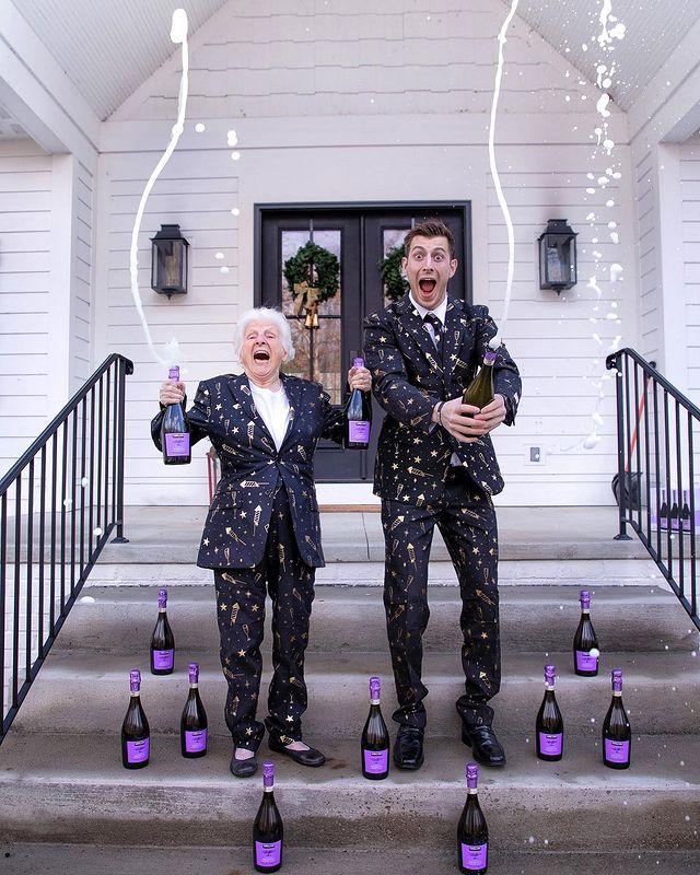 Ross Smith y Pauline Kana celebrando Año Nuevo ;Abuela y nieto toman las mejores selfies