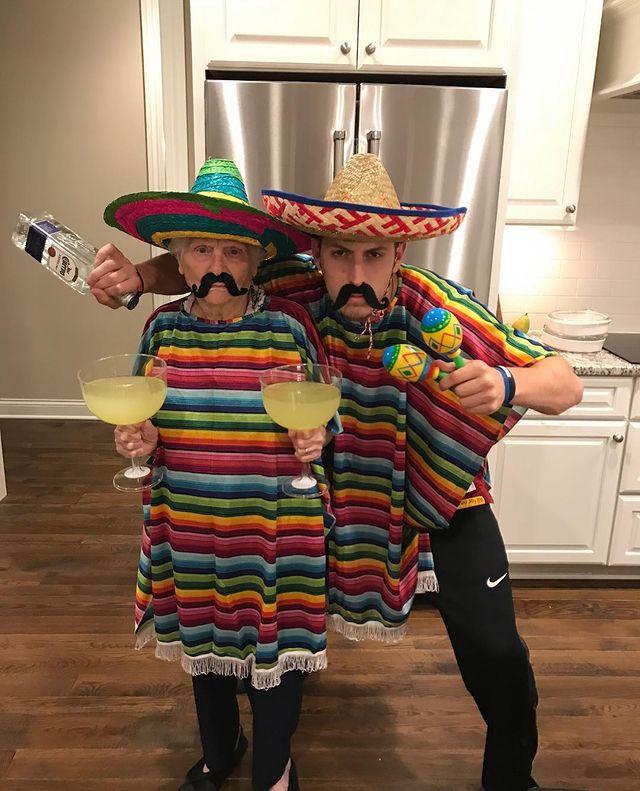 Ross Smith y Pauline Kana de fiesta mexicana ;Abuela y nieto toman las mejores selfies