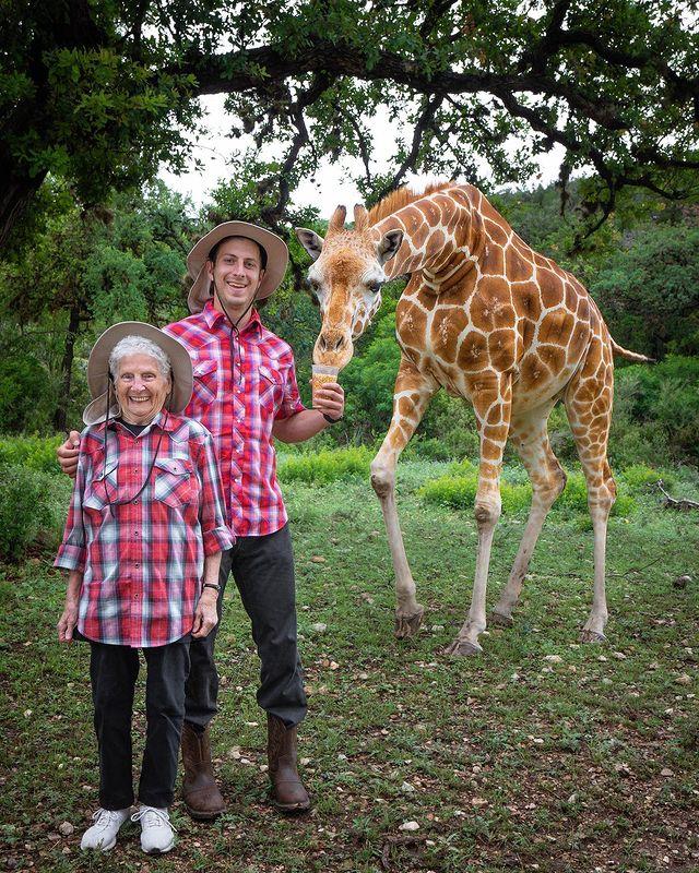 Ross Smith y Pauline Kana en zoológico ;Abuela y nieto toman las mejores selfies