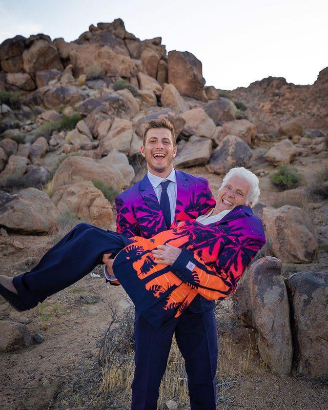 Ross Smith y Pauline Kana cargándose ;Abuela y nieto toman las mejores selfies