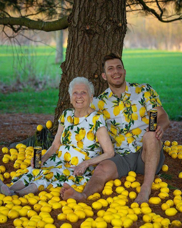 Ross Smith y Pauline Kana bajo un árbol ;Abuela y nieto toman las mejores selfies