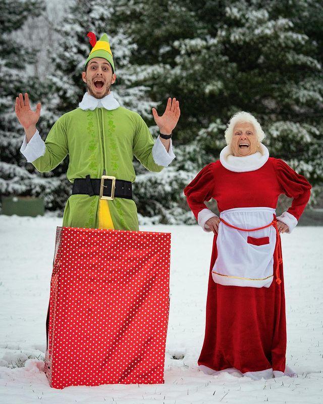 Ross Smith y Pauline Kana celebrando Navidad ;Abuela y nieto toman las mejores selfies