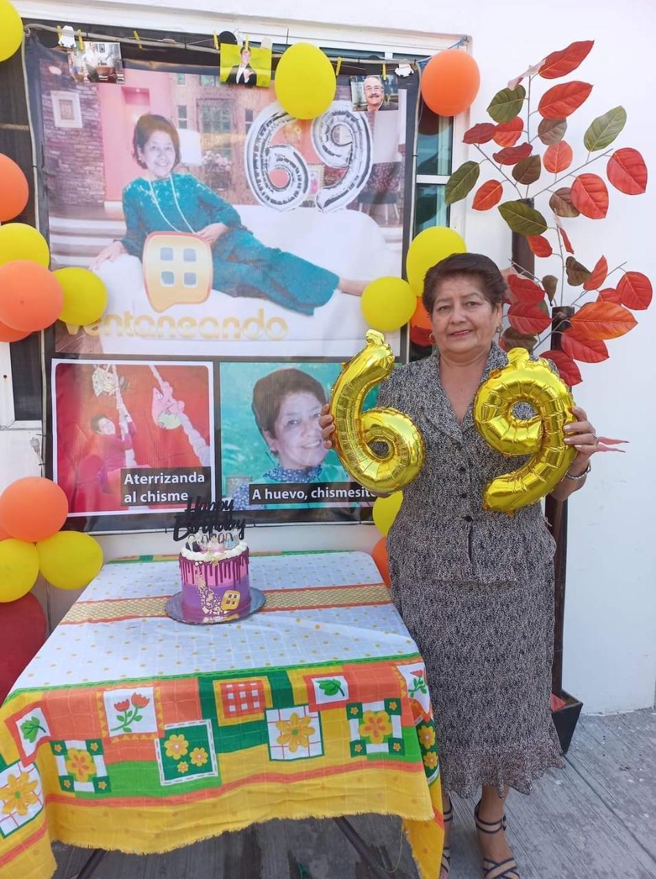 Mujer celebrando su cumpleaños; Abuelita celebra su cumpleaños al estilo de Pati Chapoy en 'Ventaneando'
