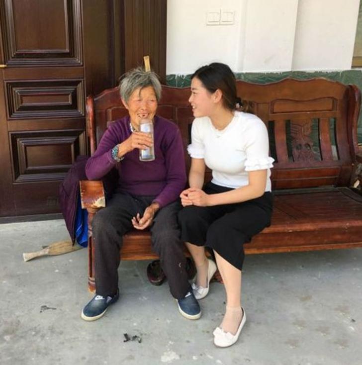 mujeres bebiendo; Adoptó a bebé abandonada y 25 años después, ella le agradece con una casa