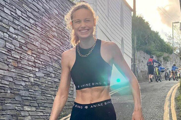 Brie Larson mostrando sus abdominales