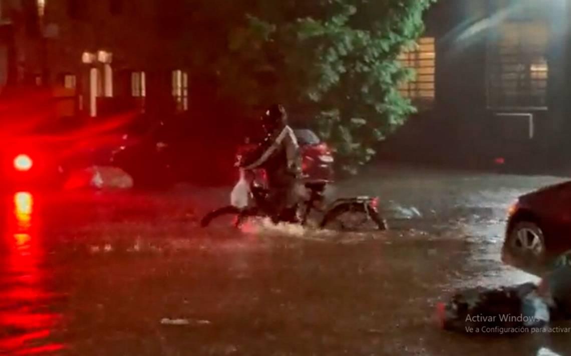 Repartidor en motocicleta; Buscan a repartidor que entregó pedido en plena inundación para darle una fortuna PORTADA 2100