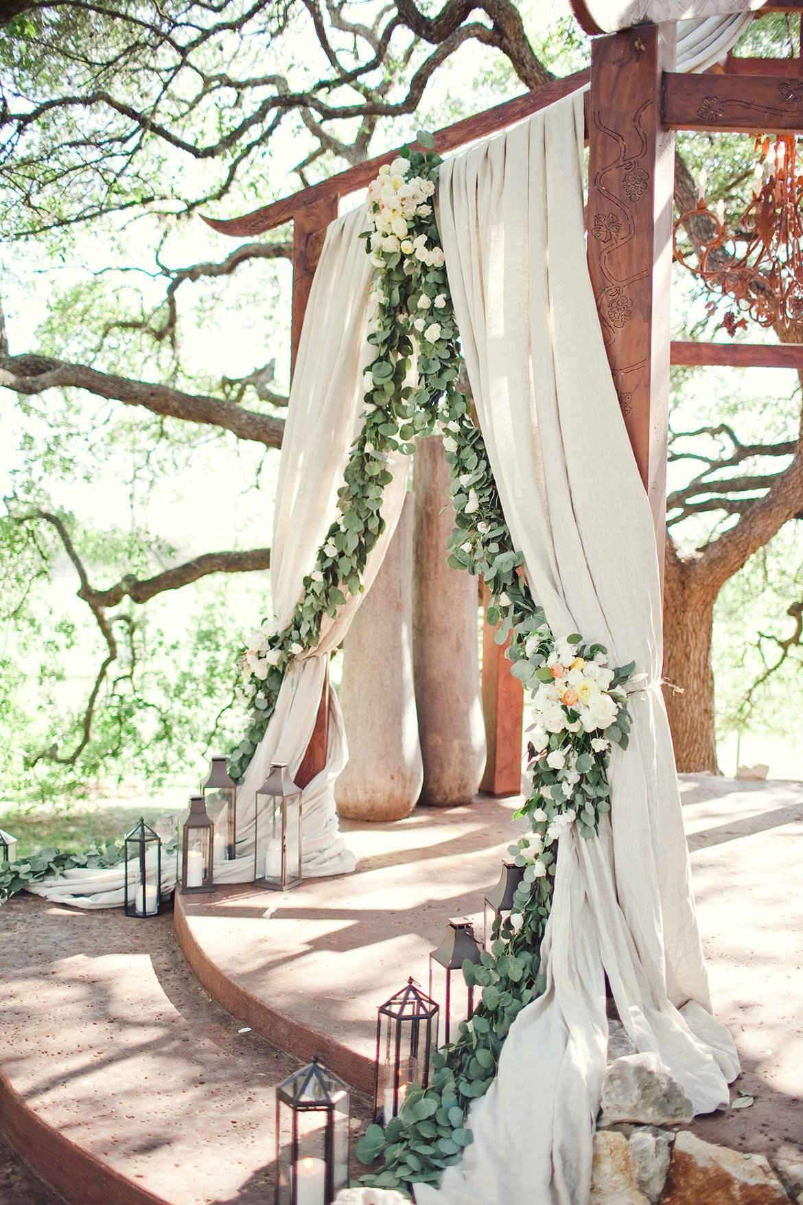 altar con cortinas abiertas ;15 Altares de boda que te harán decir: 'Sí, acepto'