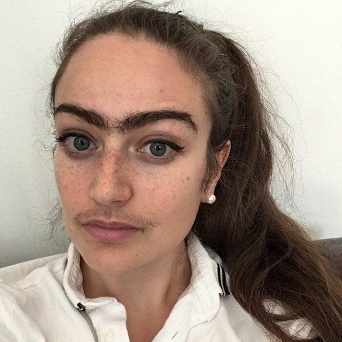 Chica dejando crecer su vello facial