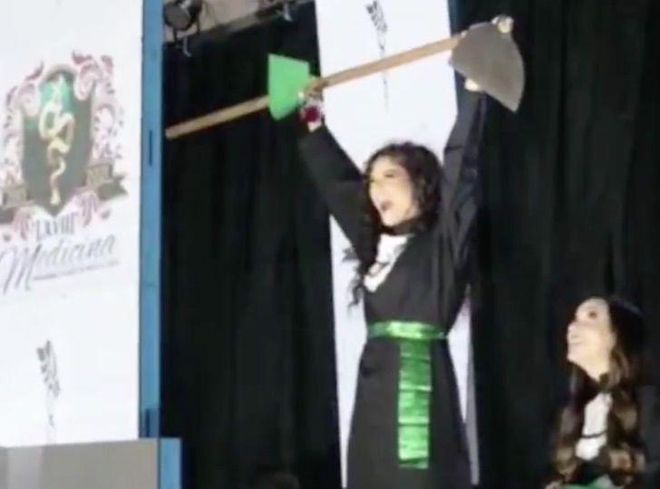Chica doctora reunida junto a su familia el día de su graduación