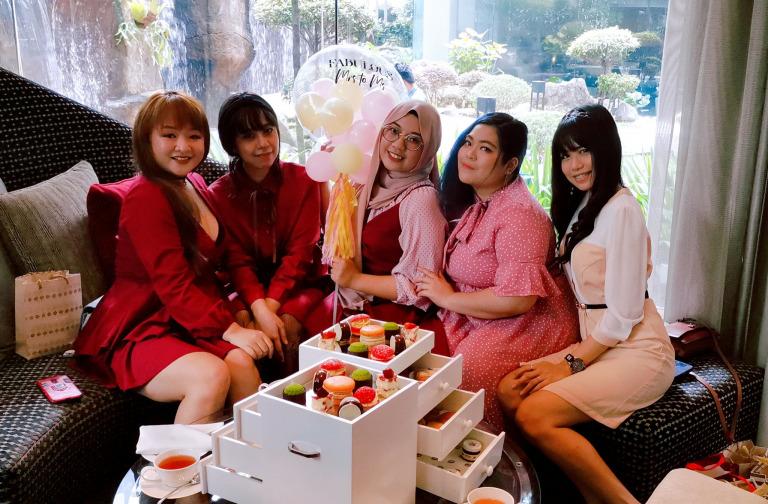 Mujeres en una reunión de té en casa;