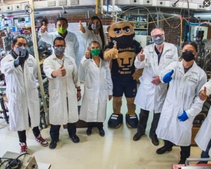 Grupo de científicos de la UNAM reunidos creando una mascarilla