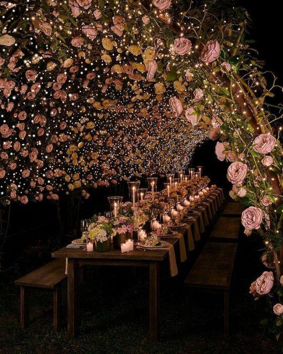 Decoración de boda con luces en jardín