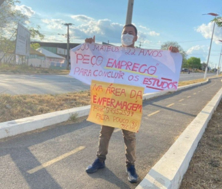 Mateus Dantas; Exhibe su currículo en la calle con la esperanza de ser contratado y lo consigue