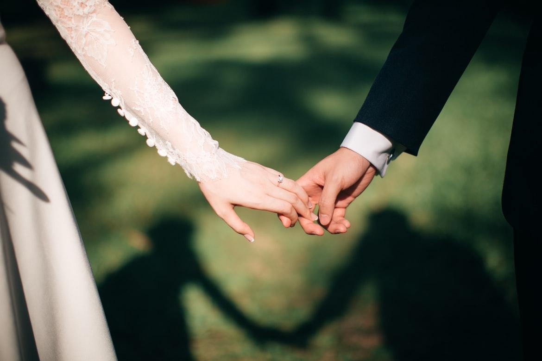 Novios tomados de la mano Fotógrafa borra todas las fotos de una boda porque le negaron agua y comida