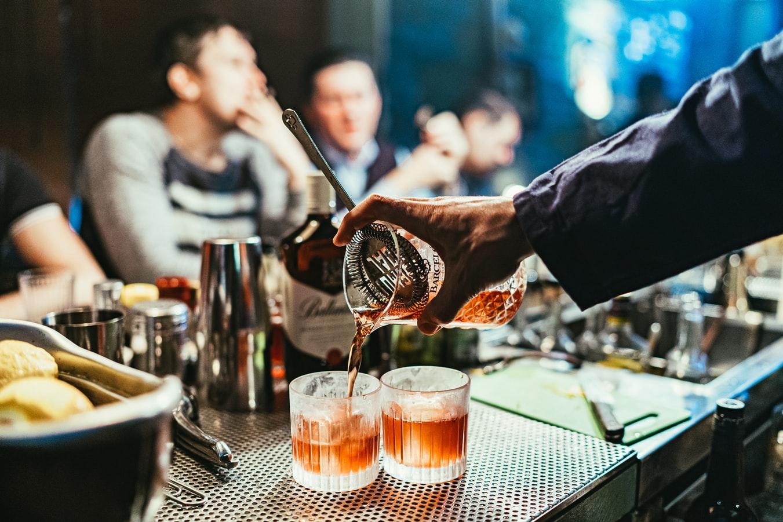 Barman sirviendo tragos; Hombre demandó a un bar por 5.5 millones después de afirmar que el bar le sirvió mucho alcohol