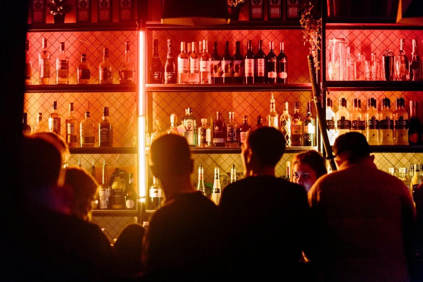 Jóvenes en un bar; Hombre demandó a un bar por 5.5 millones después de afirmar que el bar le sirvió mucho alcohol