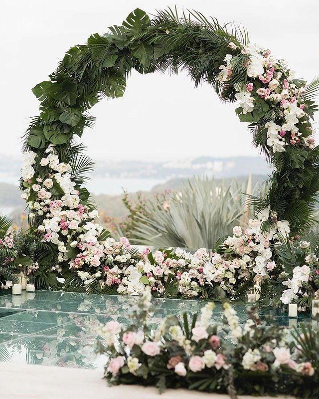 altar con flores blancas ;15 Altares de boda que te harán decir: 'Sí, acepto'