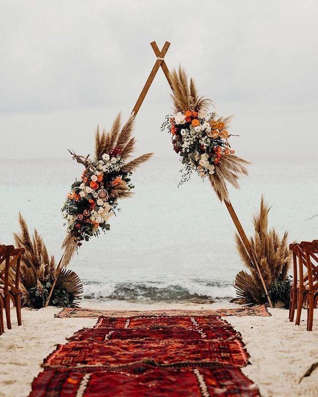 Altar de boda en forma de triangulo ;15 Altares de boda que te harán decir: 'Sí, acepto'