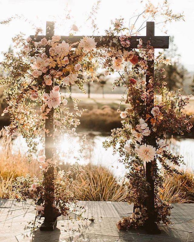 altar cuadrado con flores rosas ;15 Altares de boda que te harán decir: 'Sí, acepto'