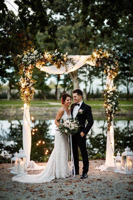 novios en altar con focos ;15 Altares de boda que te harán decir: 'Sí, acepto'