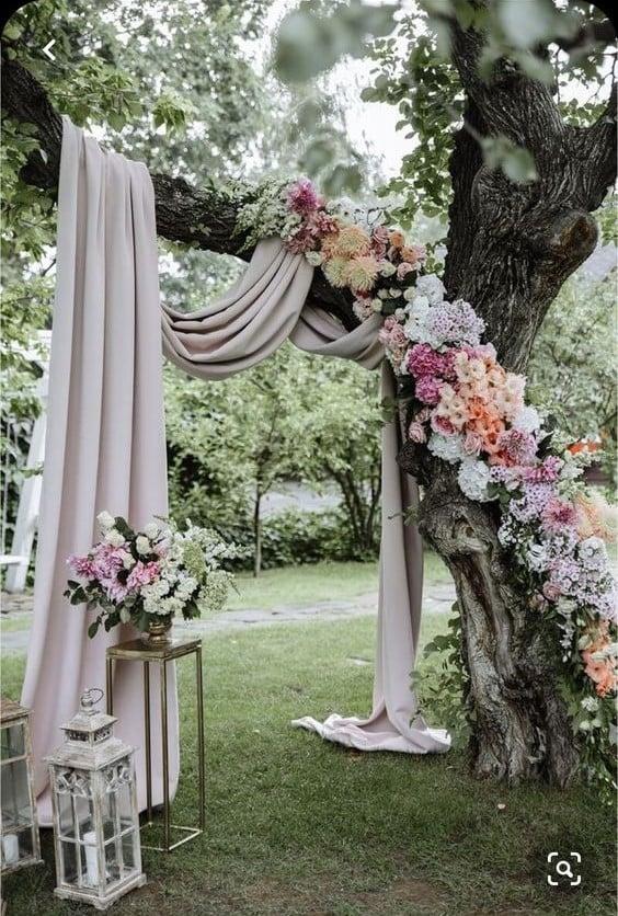 Altar de boda improvisado en un árbol ;15 Altares de boda que te harán decir: 'Sí, acepto'