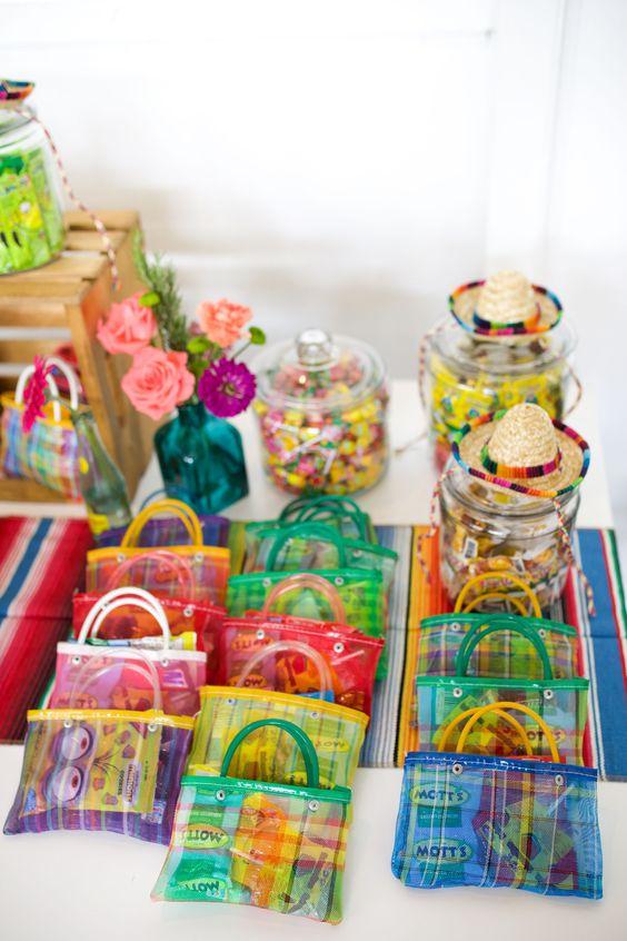 Aguinaldo con bolsitas ;19 Ideas para una fiesta mexicana colorida y con mucho sabor