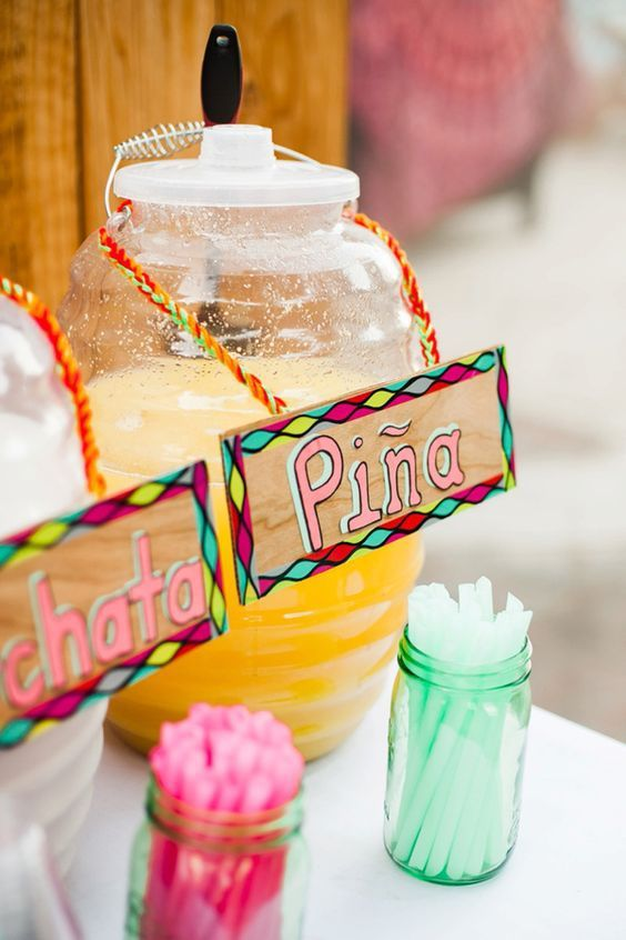 tarros con agua de sabor ;Ideas para una fiesta mexicana