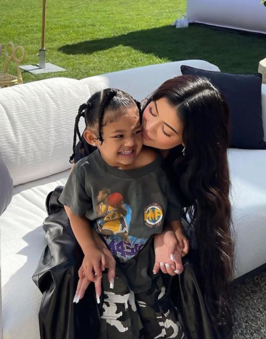 Kylie Jenner sentada junto a su hija Stormi