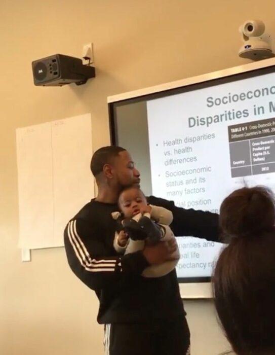 Maestro cuidando al bebé de su alumna mientras da clases