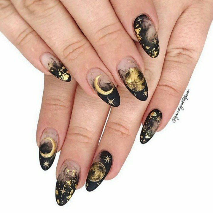 Manicura en negro con lunas doradas; 18 Manicuras a las que tu brujita interior no se resistirá