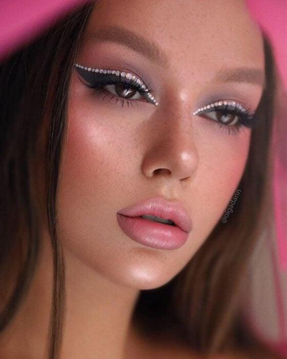 Chica usando un maquillaje con brillos