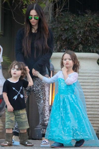 Megan fox paseando junto a sus hijos