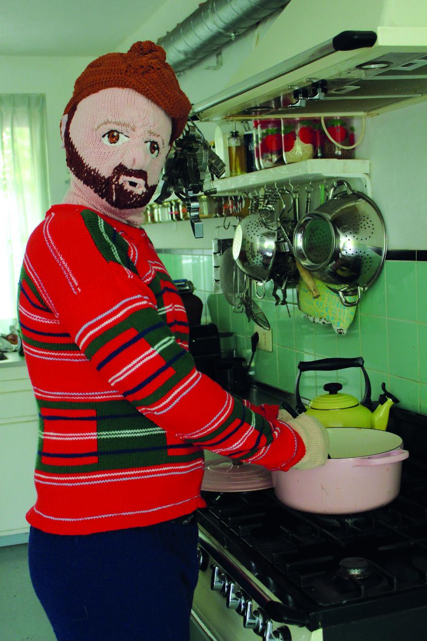 Muñeco tejido dentro de la cocina; Mujer teje a su esposo e hijo en tamaño real