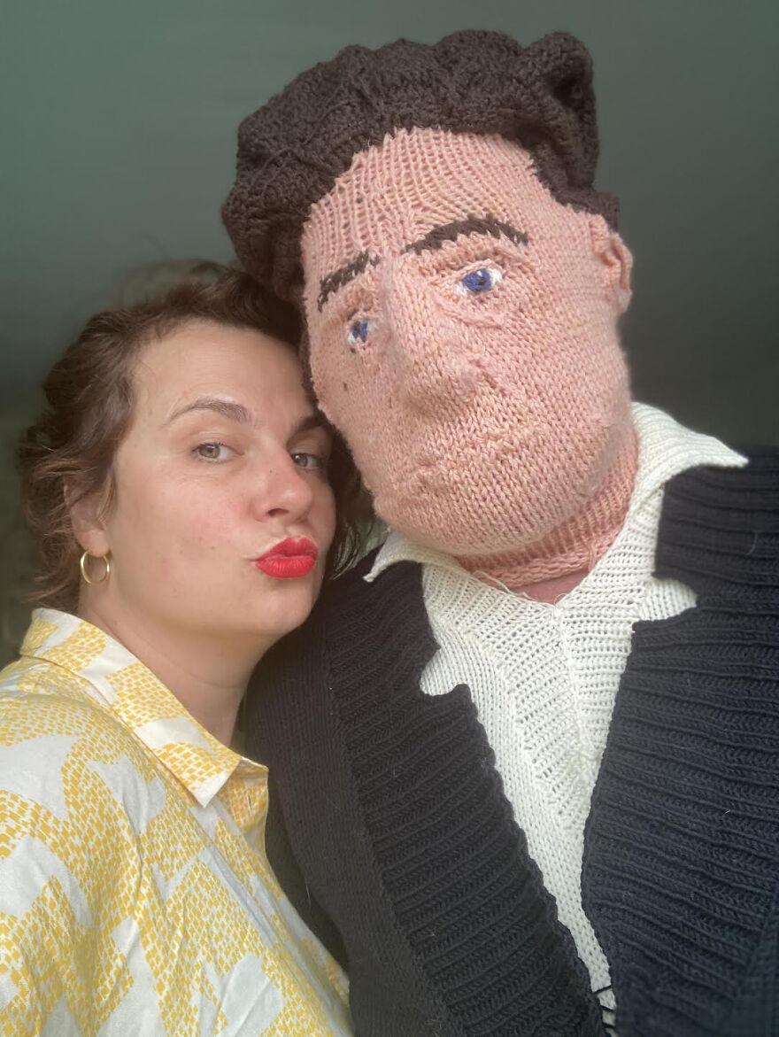 Mujer posando junto a un muñeco tejido; Mujer teje a su esposo e hijo en tamaño real
