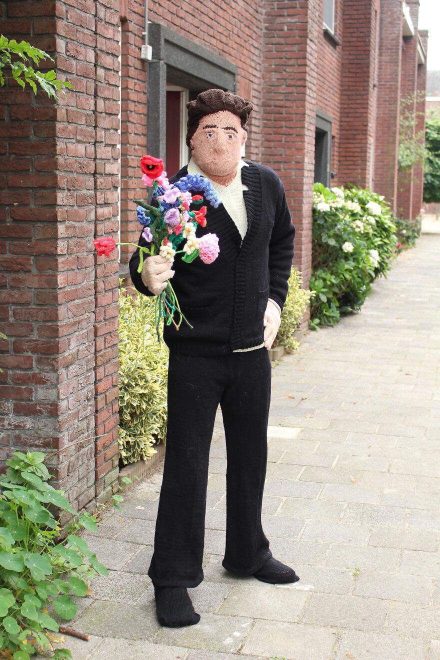 Muñeco tejido con flores en mano; Mujer teje a su esposo e hijo en tamaño real