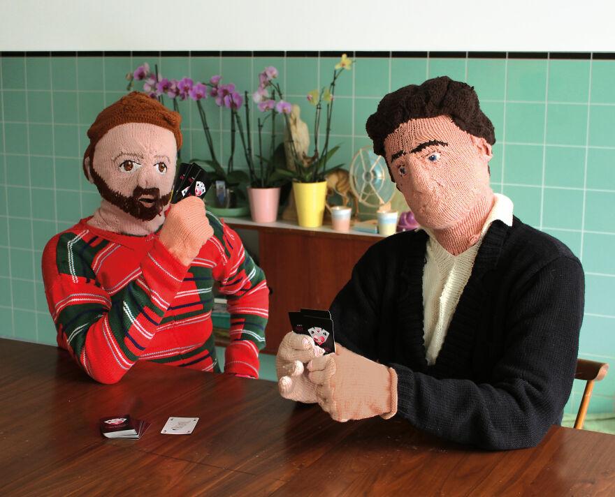 Muñecos tejhidos jugando cartas; Mujer teje a su esposo e hijo en tamaño real