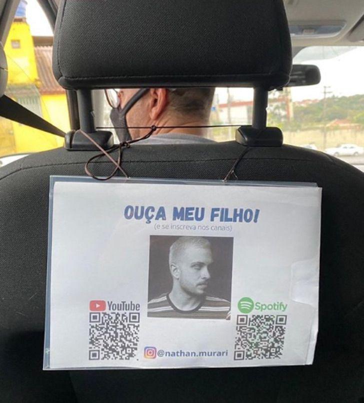 Letrero trasero en un auto; Papá colgó cartel publicitando a su hijo cantante en su taxi