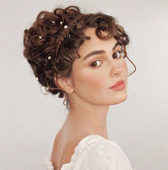 Peinado con ondas y decoración de piedras ;15 Peinados para ser la nueva Daphne Bridgerton